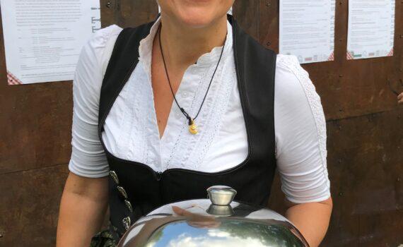 Ulrike Irrgang serviert